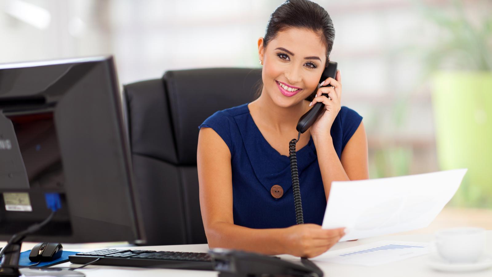 woman using good telephone etiquette
